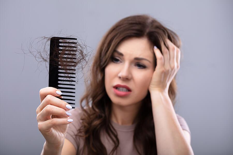 Perte de cheveux chez la femme : les causes et les solutions