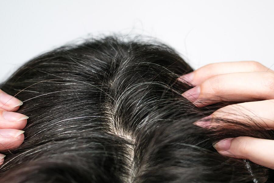 Est-il possible d'éviter l'apparition de cheveux blancs?