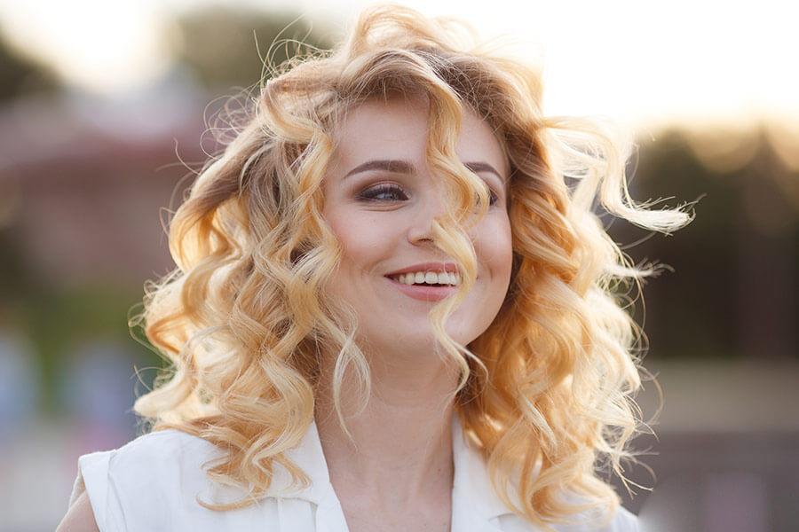 Été : trucs et conseils pour un cheveu en santé post-vacances